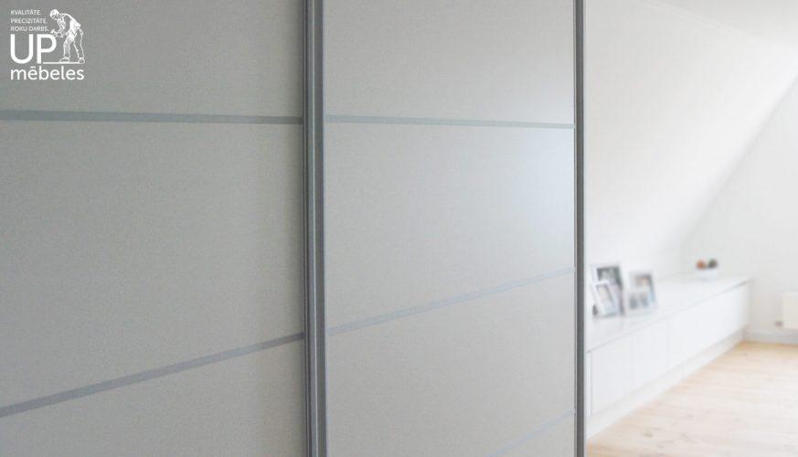 iebūvētie skapji ar bīdāmām durvīm